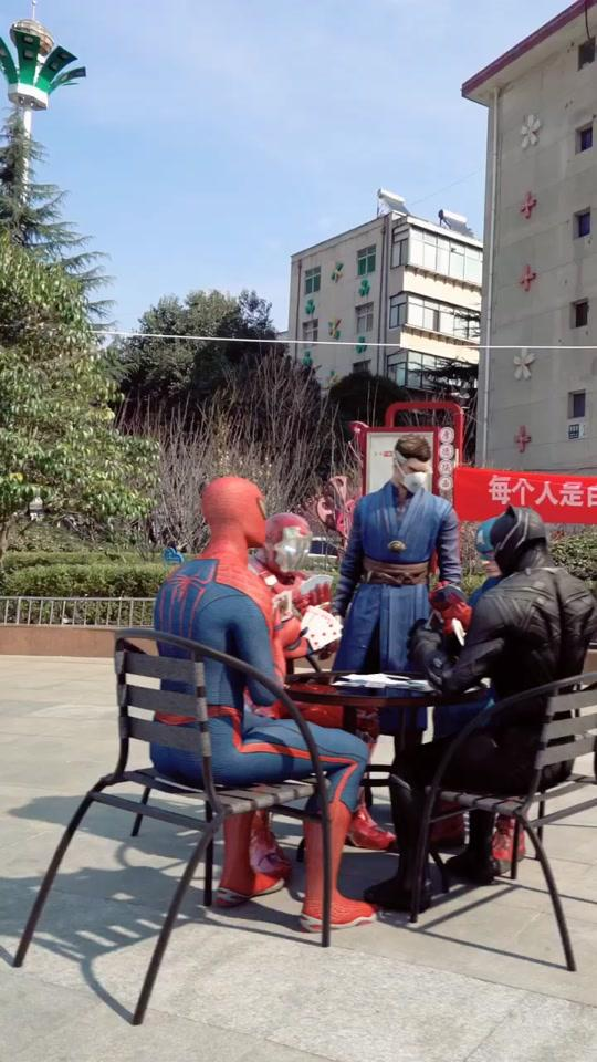 超级英雄也要回家隔离!